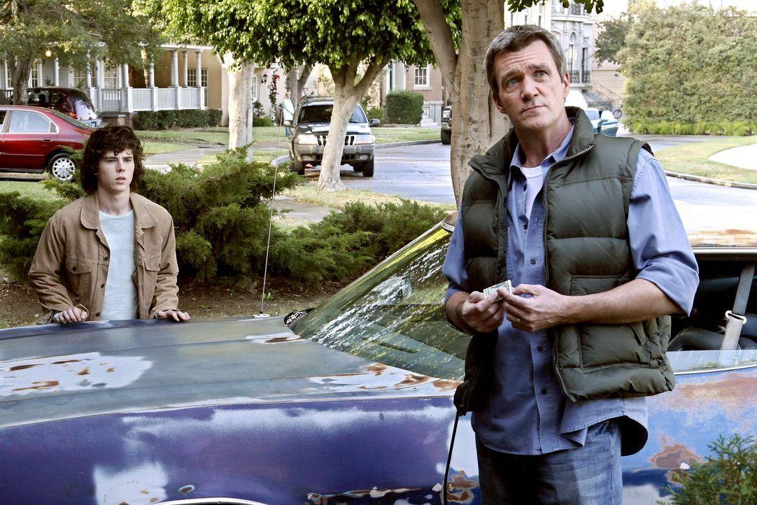 Ein alter Gebrauchtwaagen soll Axl (Charlie McDermott, l.) nicht nur dabei helfen, bei den Mädels anzukommen, sondern bringt auch Mike (Neil Flynn,... - Bildquelle: Warner Brothers