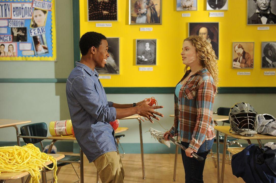 Lisa (Allie Grant, r.) und Malik (Maestro Harrell, l.) können sich nicht einigen, welches Camp sie in den Ferien besuchen wollen ... - Bildquelle: Warner Brothers