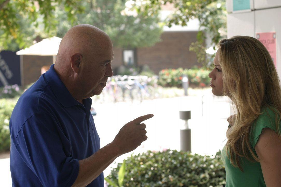Alles scheint in Haleys (Bethany Joy Galeotti, r.) Leben schief zu laufen. Auch Coach Whitey (Barry Corbin, l.) erteilt ihr eine Abmahnung ... - Bildquelle: Warner Bros. Pictures