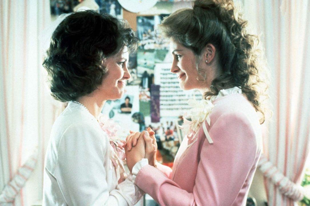 """M'Lynn (Sally Field, l.) und ihre Tochter Shelby (Julia Roberts, r.) sind beide wegen Shelbys Trauung überglücklich, auch wenn M'Lynn gleich ihr """"... - Bildquelle: TriStar Pictures"""