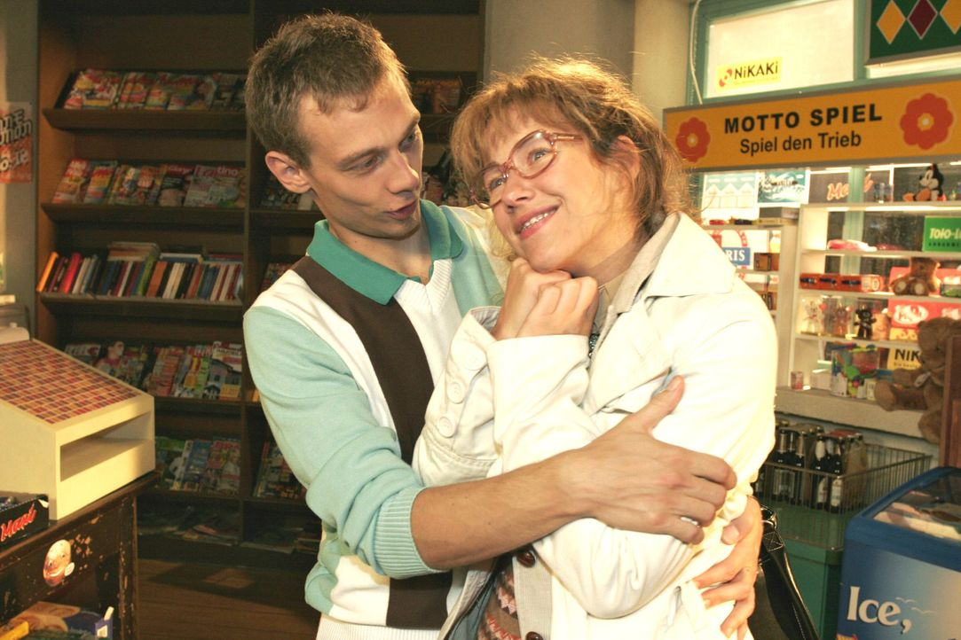 Jürgen (Oliver Bokern, l.) weiß, dass Lisa (Alexandra Neldel, r.) nicht seinetwegen verliebt aussieht. - (Dieses Foto von Alexandra Neldel darf nur... - Bildquelle: Noreen Flynn Sat.1