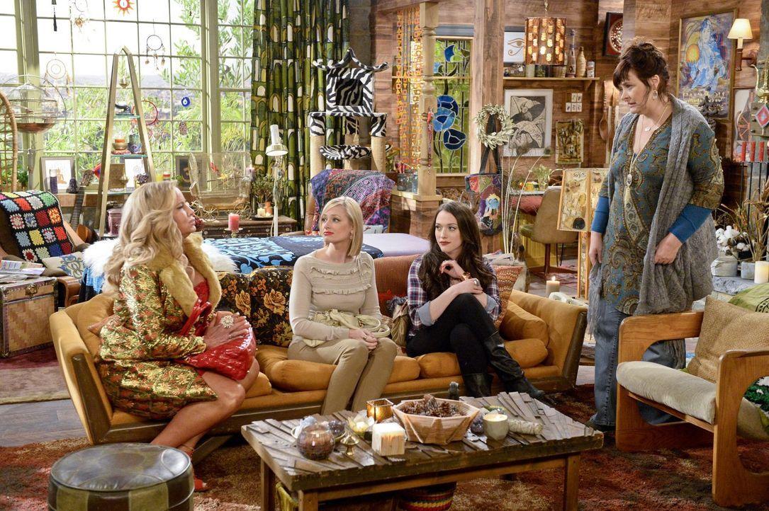 Während sich Caroline (Beth Behrs, 2.v.l.) freut, dass ihr Leben nun wirklich verfilmt wird, muss Max (Kat Dennings, 2.v.r.) mit einer herben Enttäu... - Bildquelle: 2016 Warner Brothers