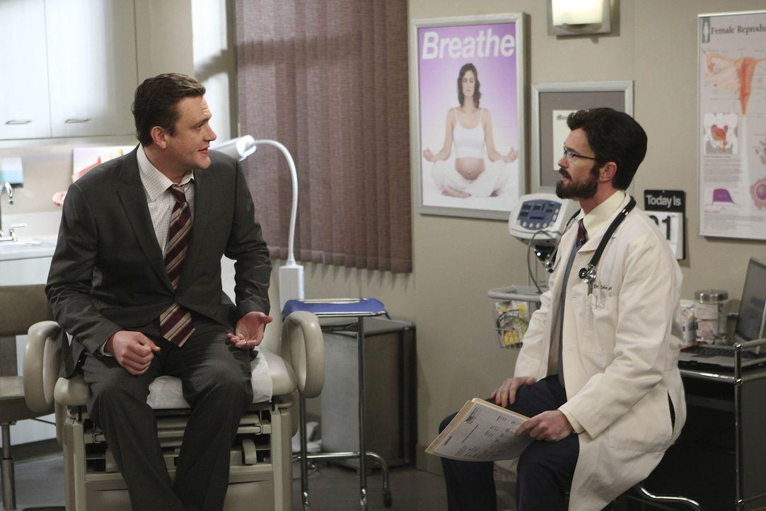 Während Robin mit ihrem neuen Job beginnt, suchen Lily und Marshall (Jason Segel, l.) einen Spezialisten (Neil Patrick Harris, r.) auf, der ihnen b... - Bildquelle: 20th Century Fox International Television