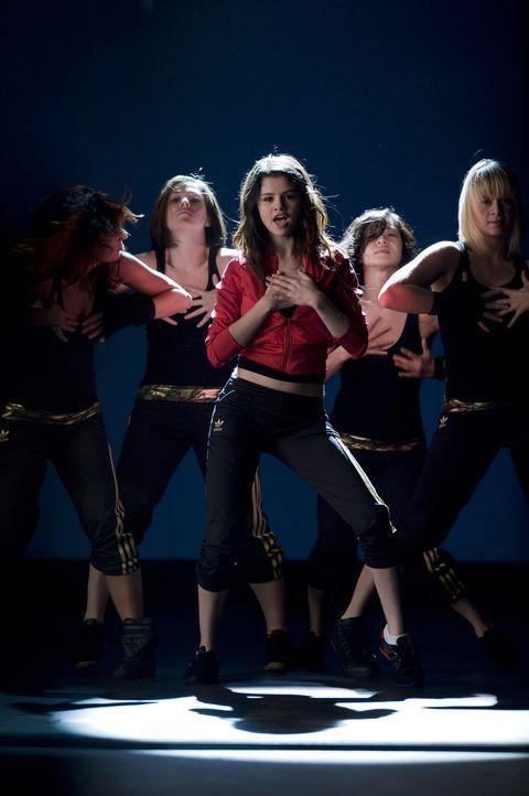Obwohl Mary (Selena Gomez, vorne M.) den ganzen Tag für ihre Stiefmutter aufräumen und putzen muss, nutzt sie jede freie Minute für ihre Tanzübu... - Bildquelle: Warner Brothers