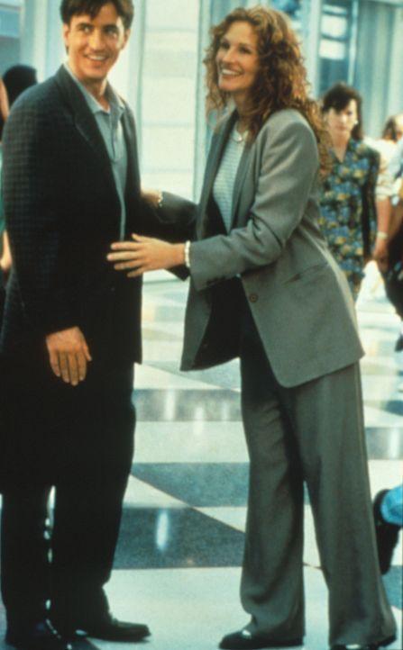 Scheinbar ungerührt reist Julianne (Julia Roberts, r.) zu der Hochzeit ihrer verflossenen Liebe Michael (Dermont Mulroney, l.). Doch insgeheim schm... - Bildquelle: Columbia TriStar