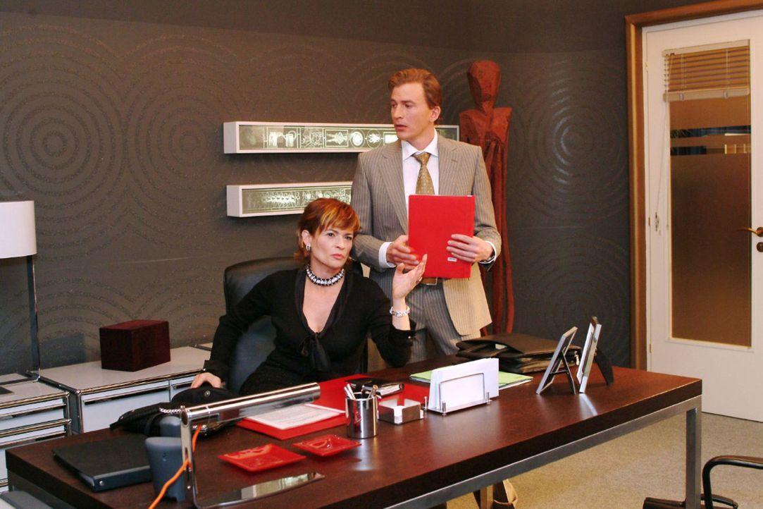 Im Gespräch mit Olaf Kern (Axel Röhrle, r.) wird Sophie (Gabrielle Scharnitzky, l.) klar, dass Lisa schwächelt ... - Bildquelle: Noreen Flynn Sat.1
