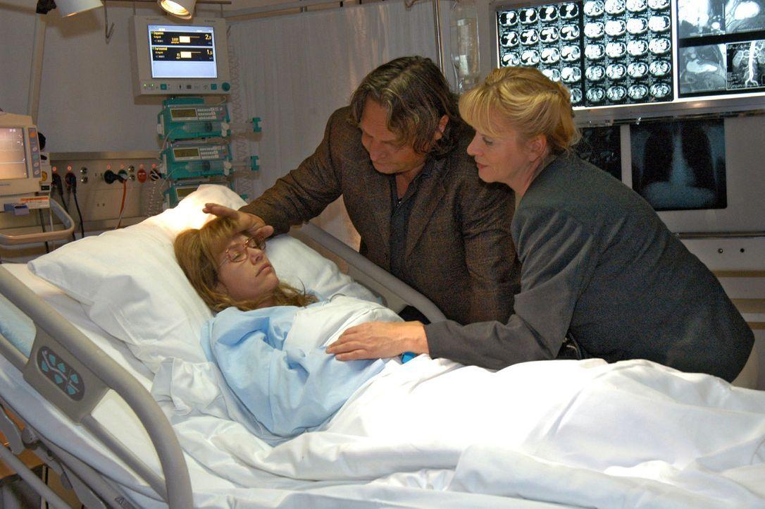 Zutiefst besorgt besuchen Bernd (Volker Herold, M.) und Helga (Ulrike Mai, r.) Lisa (Alexandra Neldel, l.) im Krankenhaus. (Dieses Foto von Alexandr... - Bildquelle: Noreen Flynn Sat.1