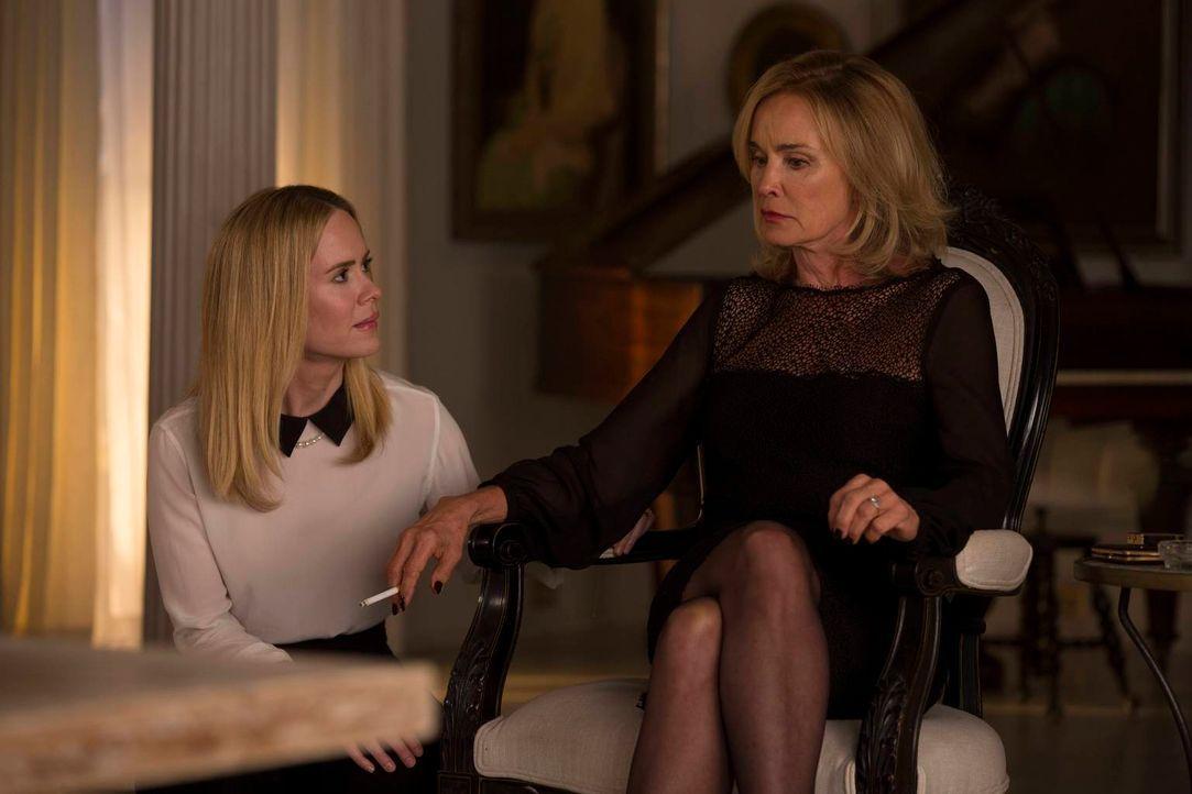 Während Cordelia (Sarah Paulson, l.) ihre Mutter vor dem Rat beschützen will, muss Fiona (Jessica Lange, r.) sich eingestehen, dass nicht all ihre T... - Bildquelle: 2013-2014 Fox and its related entities. All rights reserved.