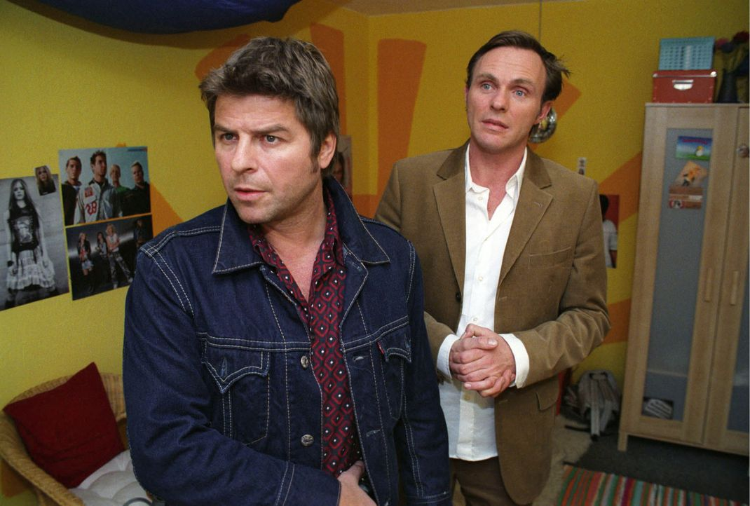Jupp (Uwe Fellensiek, l.) und Falk (Dirk Martens, r.) durchsuchen das Zimmer des toten Mädchens. - Bildquelle: Thekla Ehling Sat.1