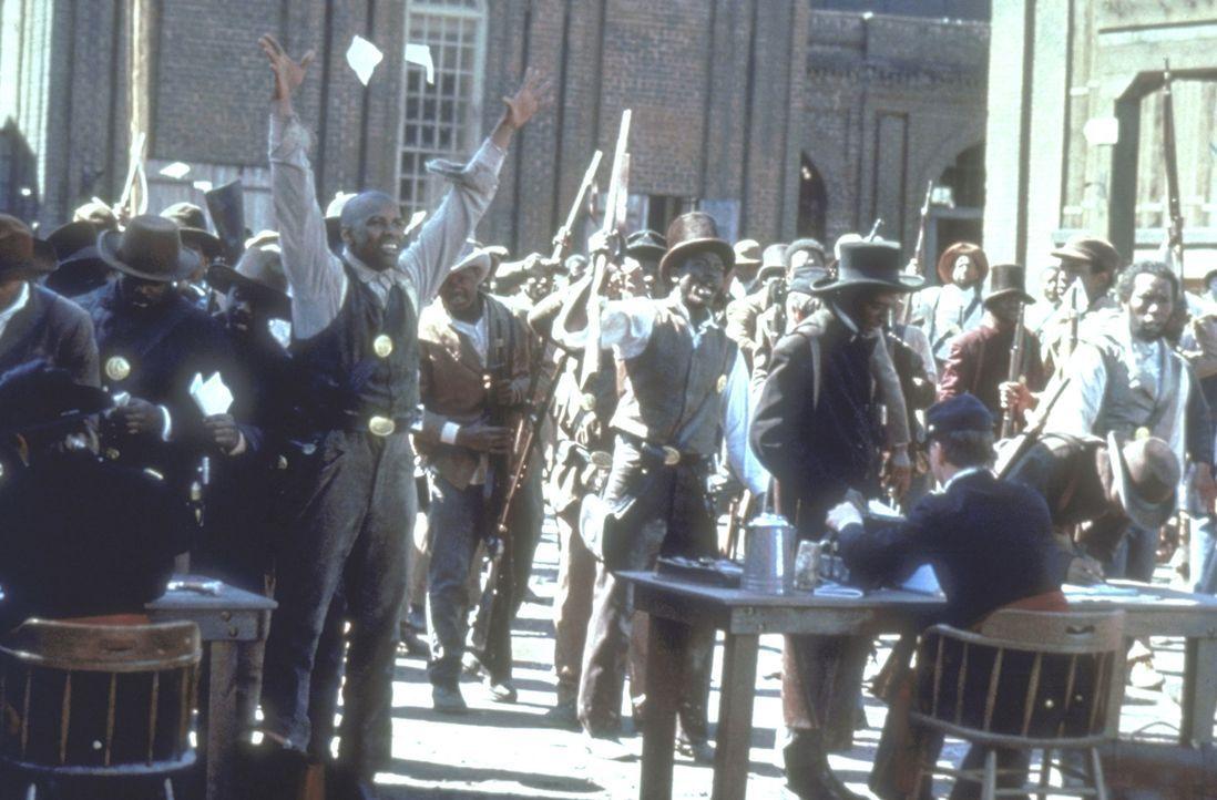 Der aufrührerischer Soldat Trip (Denzel Washington, M.) ist aus der Sklaverei geflohen. Er erhofft sich, in der Armee für seine Rechte kämpfen zu... - Bildquelle: TriStar Pictures