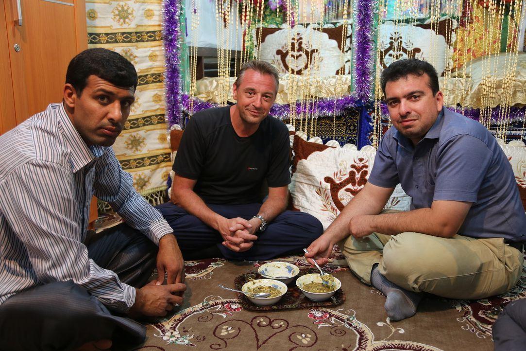 Tom Waes' (M.) Iran-Trip hält für den Journalisten einige Überraschungen bereit. So ist es ihm dort möglich, mit der Bevölkerung leichter in Kontakt... - Bildquelle: 2013 deMENSEN