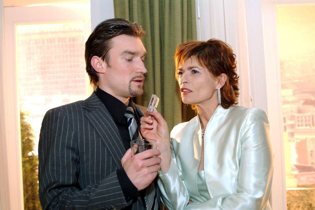 Als Richard (Karim Köster, l.) erkennen muss, dass Sophie (Gabrielle Scharnitzky, r.) einen Beweis gegen ihn in der Hand hat, rastet er aus ... - Bildquelle: Monika Schürle Sat.1