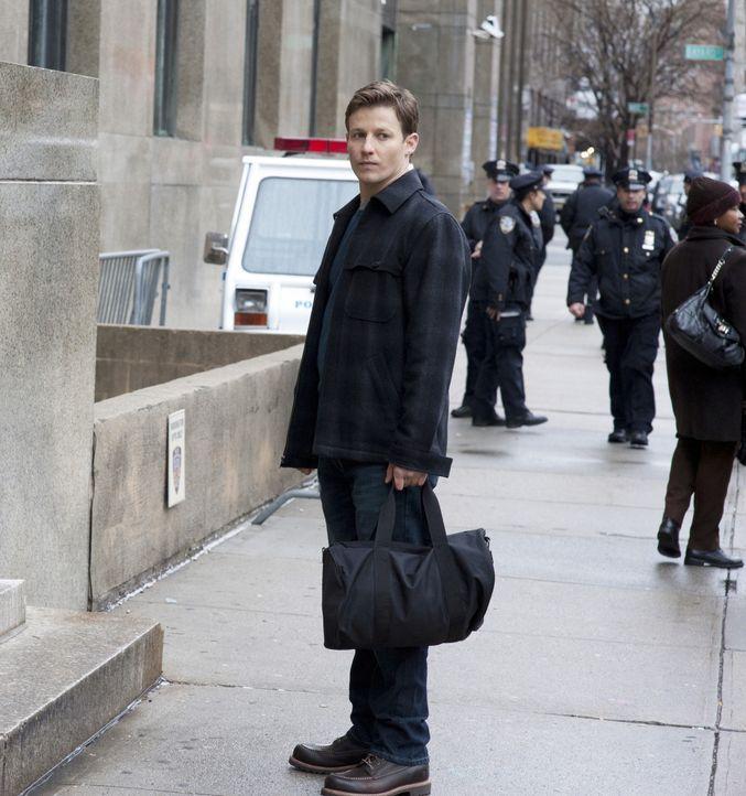 Trotz seiner fantastischen Erfolge bei einem Einsatz kann Jamie (Will Estes) für die Geheimhaltung nicht feiern ... - Bildquelle: Jojo Whilden 2011 CBS Broadcasting Inc. All Rights Reserved