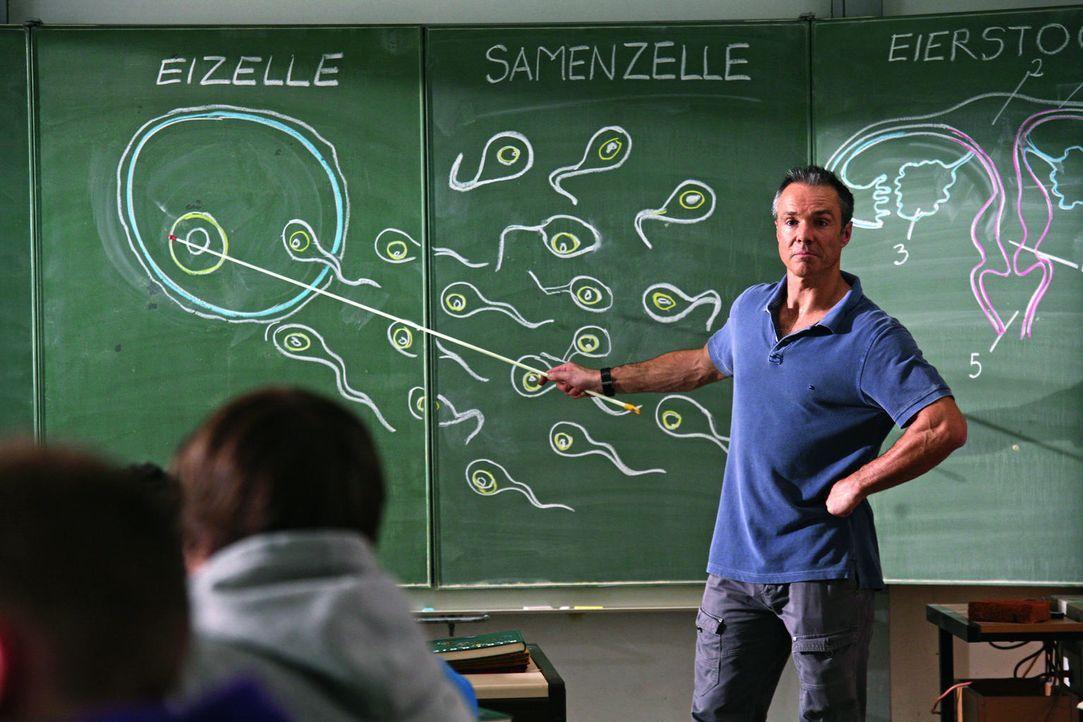 Nicht ahnend, dass sowohl seine erst 17-jährige Tochter als auch seine Freundin schwanger sind, hält Harald (Hannes Jaenicke) seinen Schülern einen... - Bildquelle: Volker Roloff SAT.1