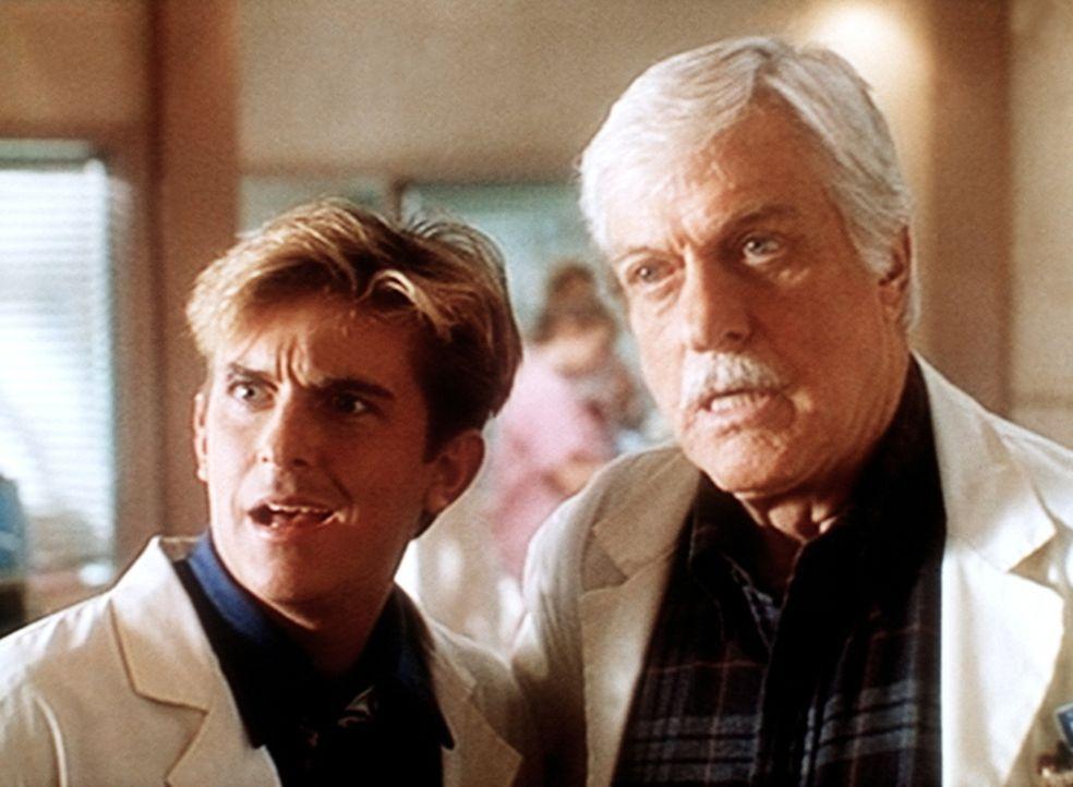 Jesse (Charlie Schlatter, l.) und Mark (Dick Van Dyke, r.) bekommen überraschenden Besuch im Krankenhaus. - Bildquelle: Viacom