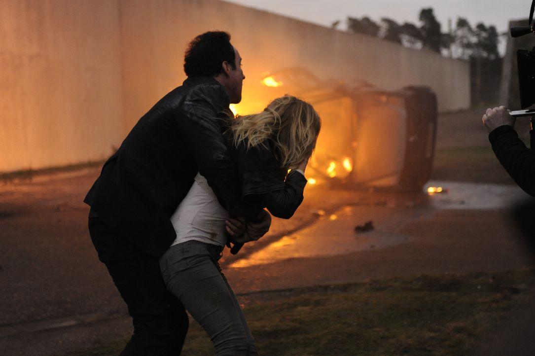 Der CIA-Agent Emerson Kent (John Cusack, l.) wird dazu abgestellt, die Zivilistin Katherine (Malin Akerman, r.) zu beschützen, die gerade dabei ist,... - Bildquelle: Liam Daniels 2012 Universum Film GmbH - Alle Rechte vorbehalten.