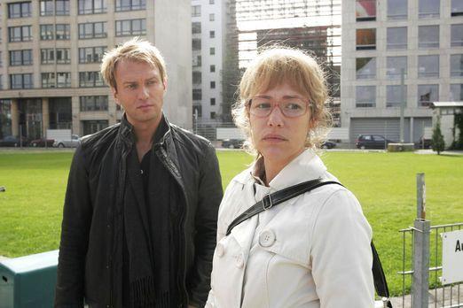 Verliebt in Berlin - Marc Trojan (Jean-Marck Birkholz, l.) bemerkt Lisas (Ale...