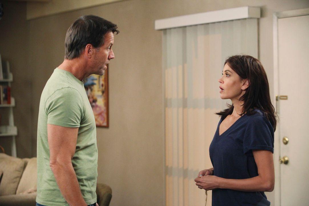 Susan (Teri Hatcher, r.) versucht alles, um vor Mike (James Denton, l.) ihren Job geheim zuhalten, doch plötzlich erhält sie einen unangenehmen Besu... - Bildquelle: ABC Studios