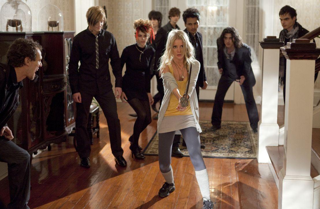 Zeigt den Zombies, wo der Hammer hängt: Elizabeth (Anita Briem, M.) ... - Bildquelle: Kinowelt GmbH