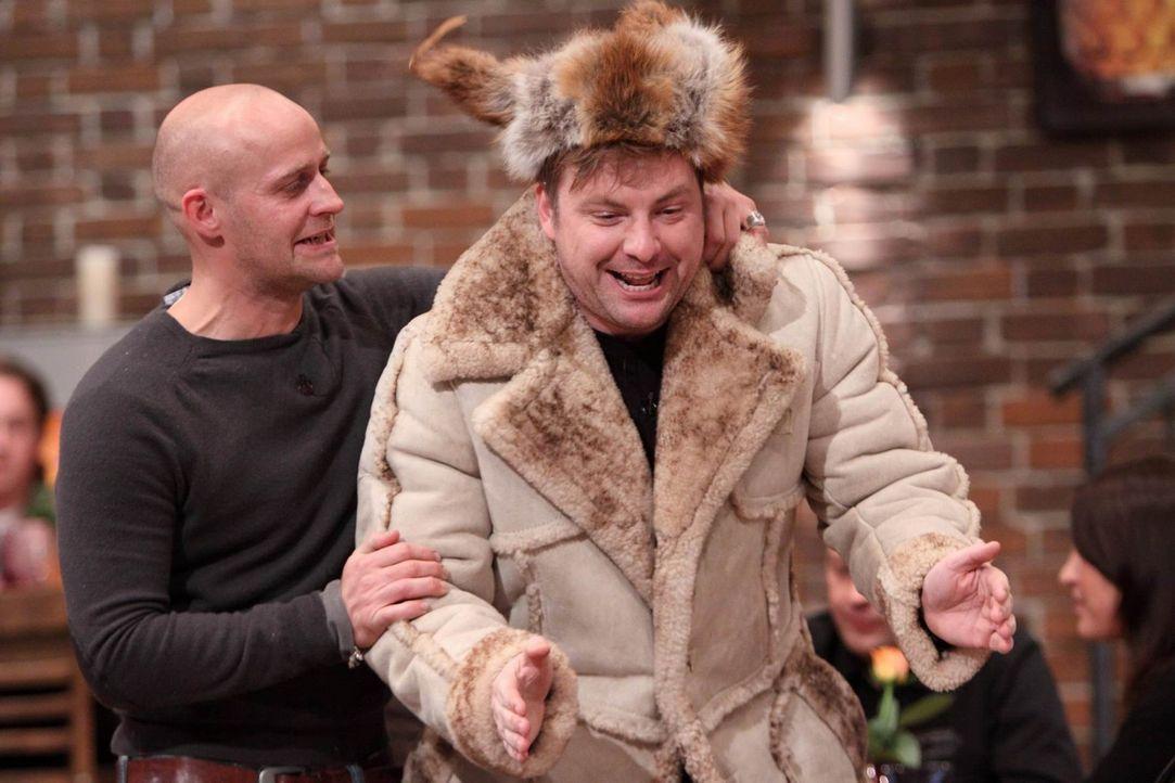 Jürgen (l.) hat versprochen, für eine Charity-Aktion Adventskalender und Weihnachtsdeko zu basteln. Martin (r.) will ihm dabei behilflich sein. Doch... - Bildquelle: Frank Hempel SAT.1