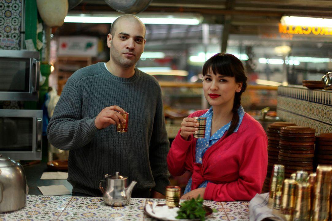 Rachel Khoo liebt das Kochen, aber auch die Getränke kommen bei ihr nicht zu kurz. Bejaoui Abderhaman (l.) zeigt Rachel Khoo (r.), wie man Minztee... - Bildquelle: Daniel Lucchesi Plum Pictures 2012