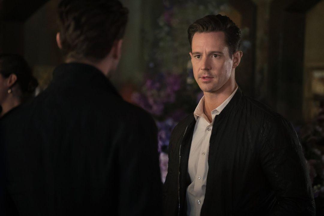 Camis Tod weckt bei Will Kinney (Jason Dohring) schwache Erinnerungen und während Klaus ihn unsanft abfertigt, macht sich Vincent seine Neugierde zu... - Bildquelle: Warner Bros. Entertainment, Inc.