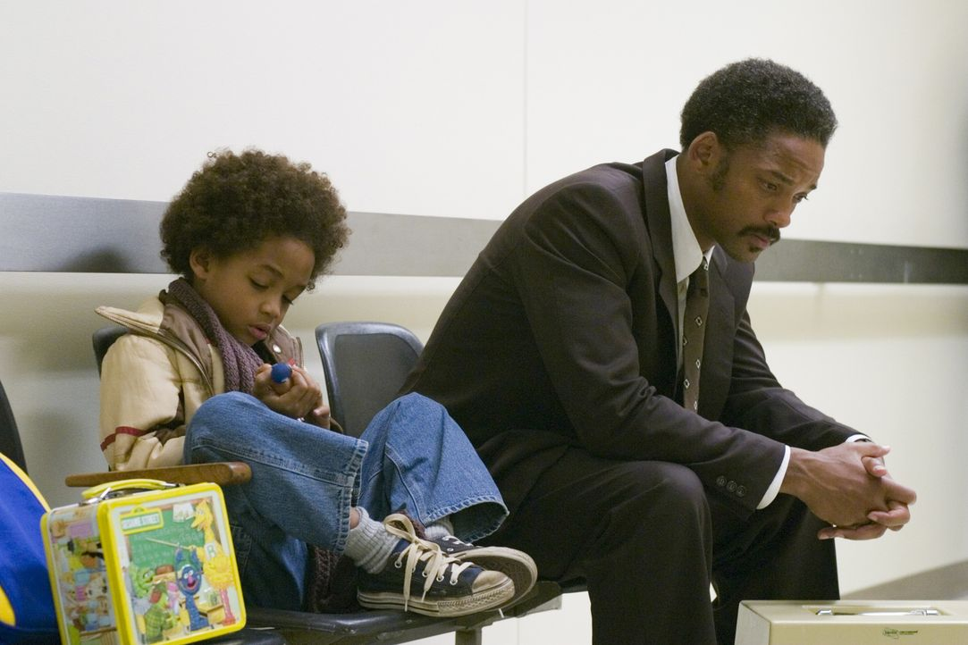 Besitzt nur noch ein letztes Knochendichtemessgerät, dann wird es für Chris Gardner (Will Smith, r.) und seinen Sohn Christopher (Jaden Smith, l.) z... - Bildquelle: METRO-GOLDWYN-MAYER STUDIOS INC. All Rights Reserved.