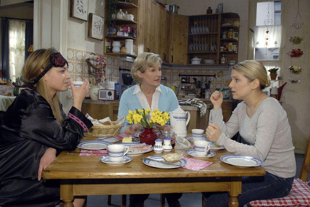 Anna (Jeanette Biedermann, r.) erzählt Katja (Karolina Lodyga, l.) und Susanne (Heike Jonca, M.) von der anstehenden Präsentation - und würde das Pi... - Bildquelle: Claudius Pflug Sat.1
