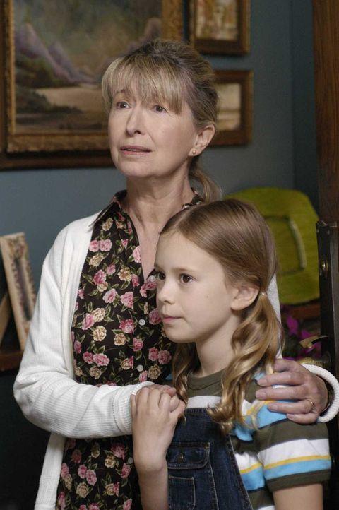 Tom, der in einer anderen Welt lebt, besucht die nun 69 Jahre alte Maia (Maureen Thomas, l.) und deren Enkeltochter Ellla (Conchita Campbell, r.) ... - Bildquelle: Viacom Productions Inc.