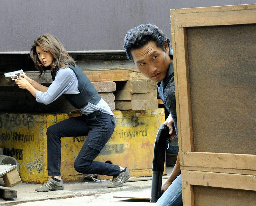 Setzen immer wieder ihr eigenes Leben aufs Spiel, um einen Fall zu lösen: Kono (Grace Park, l.) und Chin (Daniel Dae Kim, r.) ... - Bildquelle: TM &   2010 CBS Studios Inc. All Rights Reserved.