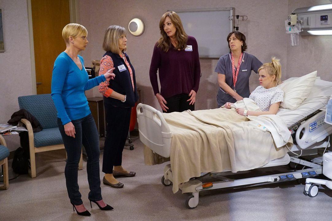 Jill (Jaime Pressly, l.), Marjorie (Mimi Kennedy, 2.v.l.), Bonnie (Allison Janney, 3.v.r.) und Wendy (Beth Hall, 2.v.r.) machen sich Sorgen um Chris... - Bildquelle: 2015 Warner Bros. Entertainment, Inc.