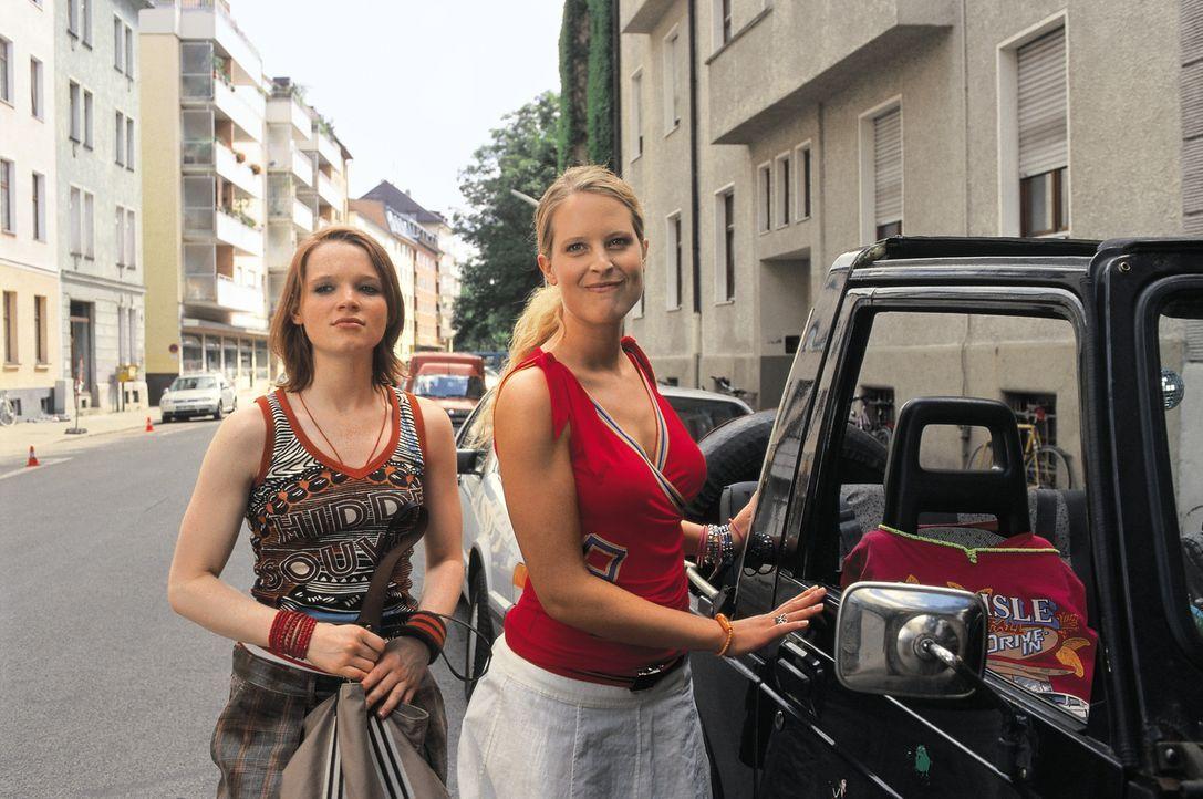 Als das Hotel Mama die Pforten schließt und auch der elterliche Geldhahn radikal zugedreht wird, stehen Inken (Diana Ampft, r.) und Lucy harte Zeit... - Bildquelle: Constantin