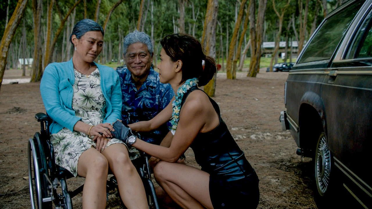 Verabschieden ihre Tochter Kono (Grace Park, r.), die sich auf einen Segeltrip um die Hawaiianischen Inseln begibt: Nani (Catherine Haena Kim, l.) u... - Bildquelle: 2015 CBS Broadcasting Inc. All Rights Reserved.