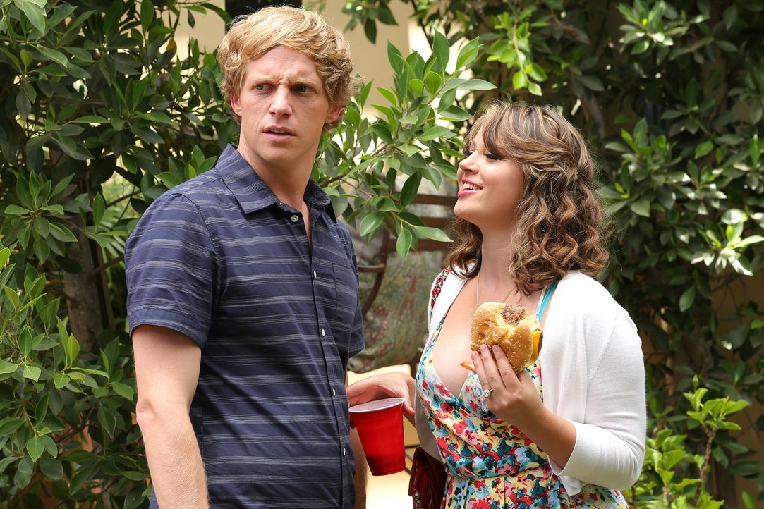 Ausgerechnet als Lindsey (Kether Donohue, r.) versucht, Jimmy (Chris Geere, l.) zu küssen, taucht Gretchen auf ... - Bildquelle: TM &   2014 Fox and its related entities.  All rights reserved.