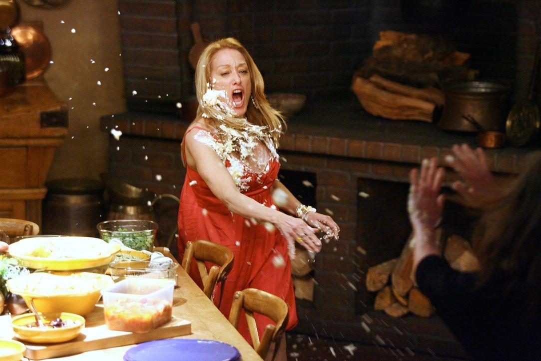 Aufgrund Hollys (Patricia Wettig, l.) provokanter Beleidigungen gegenüber Noras (Sally Field, r.) Familie, greift diese zornig nach einer Torte um s... - Bildquelle: Disney - ABC International Television