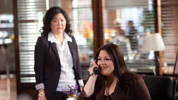 Jane (Brooke Elliott, r.) nimmt es mit der Einwanderungsbehörde auf: Während...
