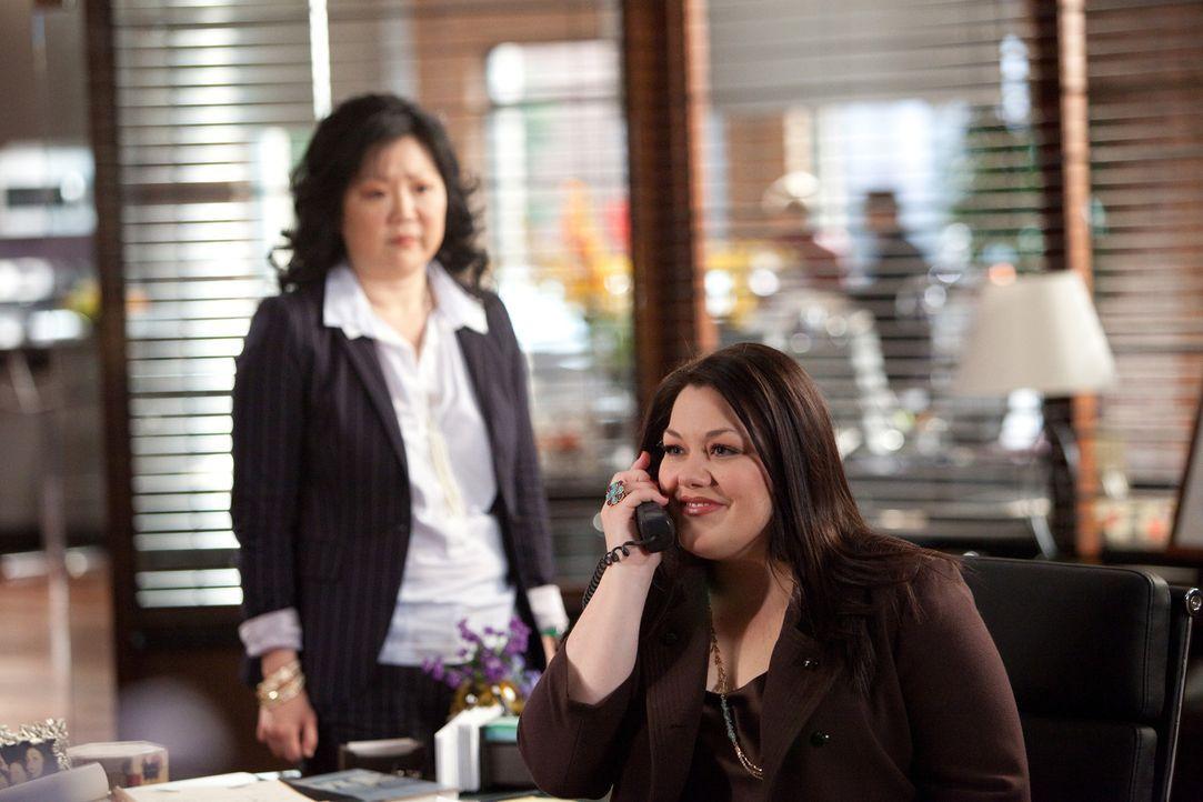Jane (Brooke Elliott, r.) nimmt es mit der Einwanderungsbehörde auf: Während eines romantischen Dinners mit Tony erhält sie einen Telefonanruf vo... - Bildquelle: 2009 Sony Pictures Television Inc. All Rights Reserved.