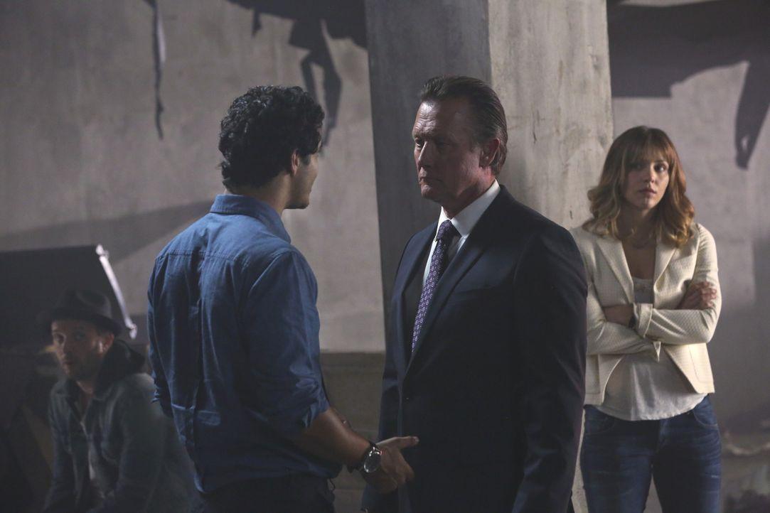 Agent Gallo (Robert Patrick, M.) und Paige (Katharine McPhee, r.) hoffen, dass sich Walter (Elyes Gabel, l.) und sein Team in dem neuesten Fall bess... - Bildquelle: Michael Yarish 2014 CBS Broadcasting, Inc. All Rights Reserved