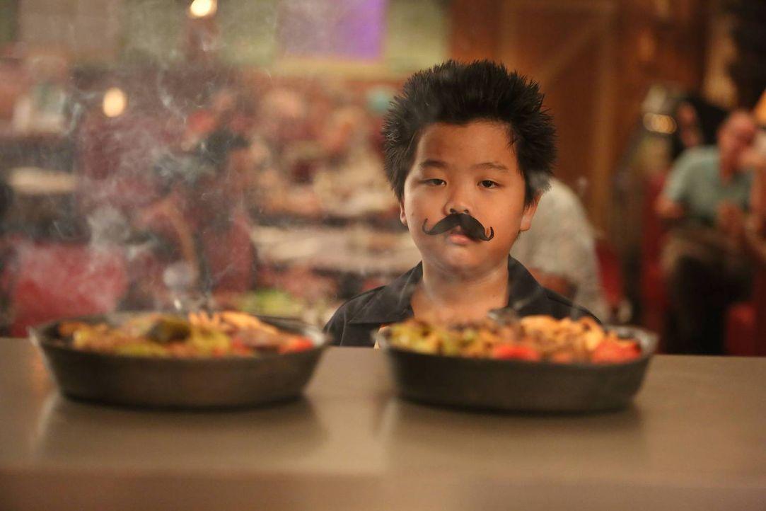 Während sich Eddie (Hudson Yang) Geld für ein neues Videospiel im Restaurant verdient, ist Jessica zu geizig die Klimaanlage einzuschalten und flüch... - Bildquelle: 2015 American Broadcasting Companies. All rights reserved.
