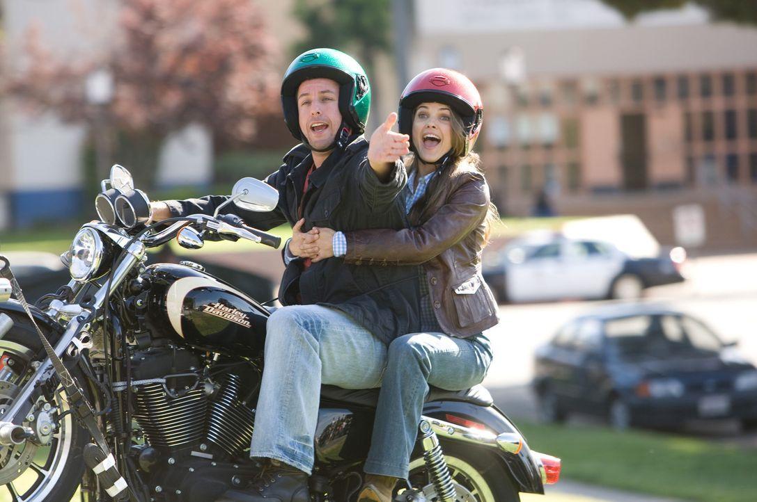 Skeeter (Adam Sandler, l.) und Jill (Keri Russell, r.) gelingt es, einen Baustopp zu erwirken. Doch Bauherr Kendall bekommt von all dem nichts mit -... - Bildquelle: Disney