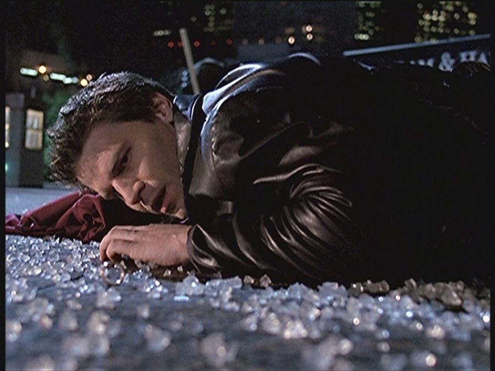 Angel (David Boreanaz) wundert sich darüber, dass die Leute von Wolfram & Hart überall in Los  Angeles seltsame Opferrituale zelebrieren. - Bildquelle: TM +   2000 Twentieth Century Fox Film Corporation. All Rights Reserved.