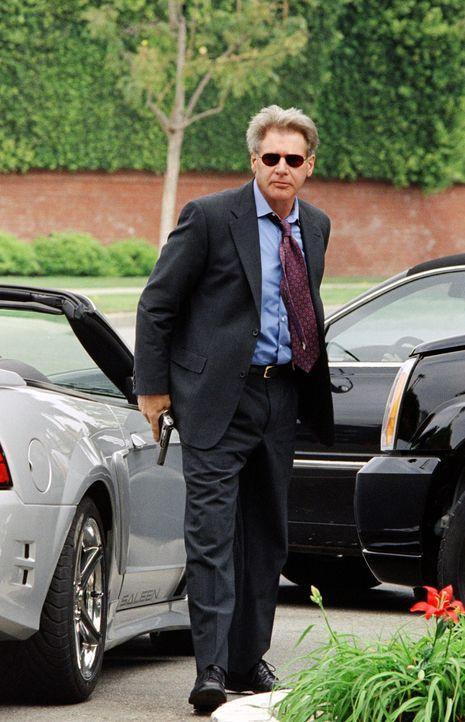 Detective Gavilan (Harrison Ford) vom L.A. Police Department bessert sich sein Polizistengehalt nach Dienstschluss als Immobilienmakler auf. - Bildquelle: 2003 Sony Pictures Television International. All Rights Reserved.
