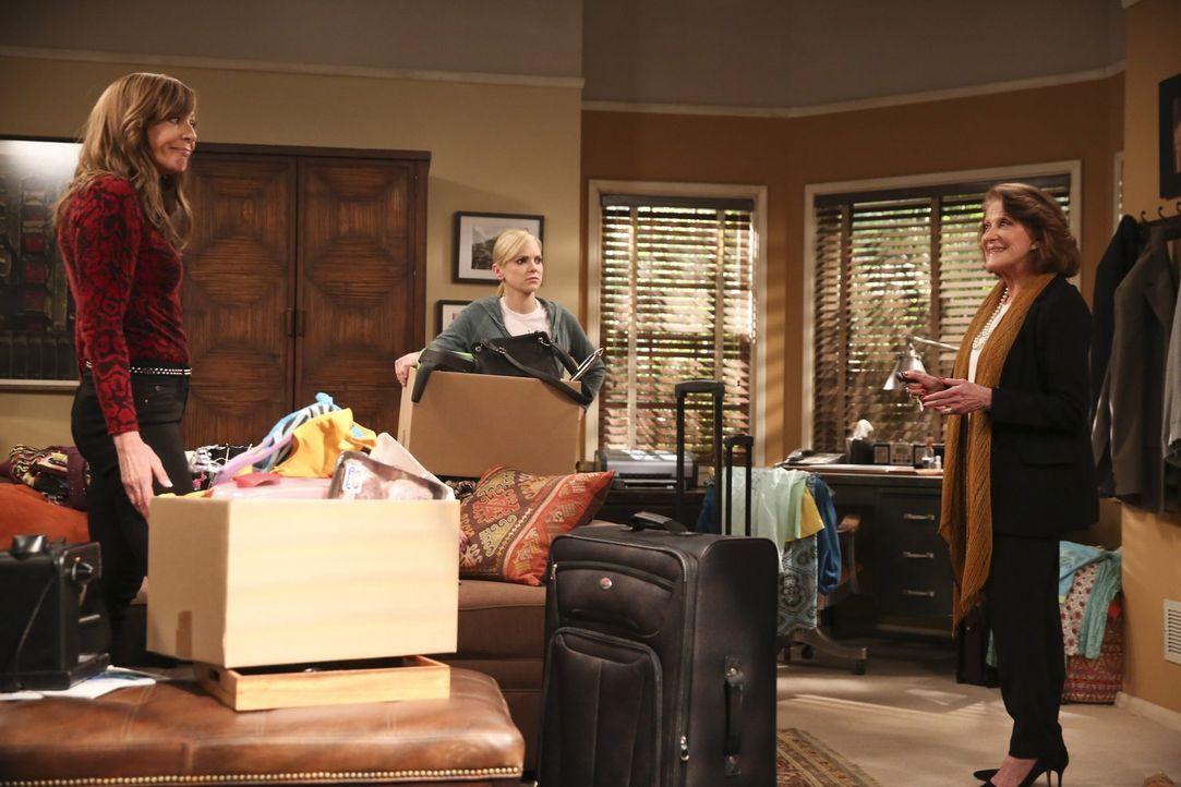 Weil Violets Verlobter Gregory sich von ihr getrennt hat, gehen Bonnie (Allison Janney, l.) und Christy (Anna Faris, M.) in deren gemeinsame Wohnung... - Bildquelle: 2015 Warner Bros. Entertainment, Inc.