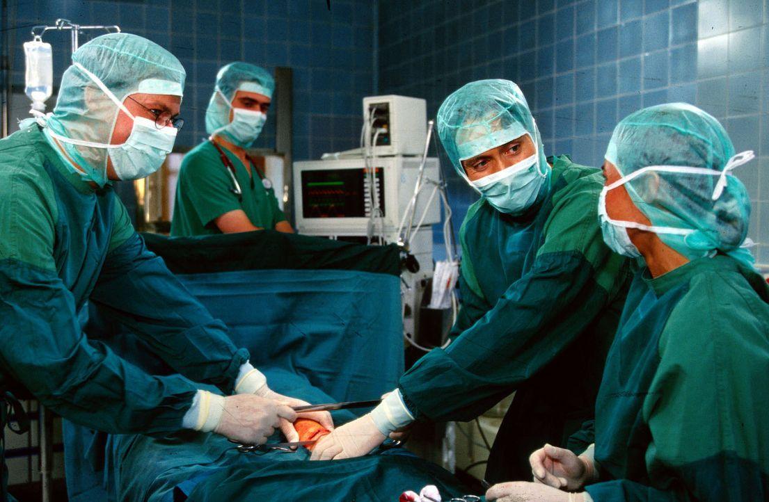 Das OP-Team kümmert sich um die Amputation von Isabelles Unterschenkel. (v.l.n.r.: Ralf Lindermann, Dr. Dieter Matthes, Ulrich Reinthaller, Anke Gol... - Bildquelle: Krajewsky Sat.1