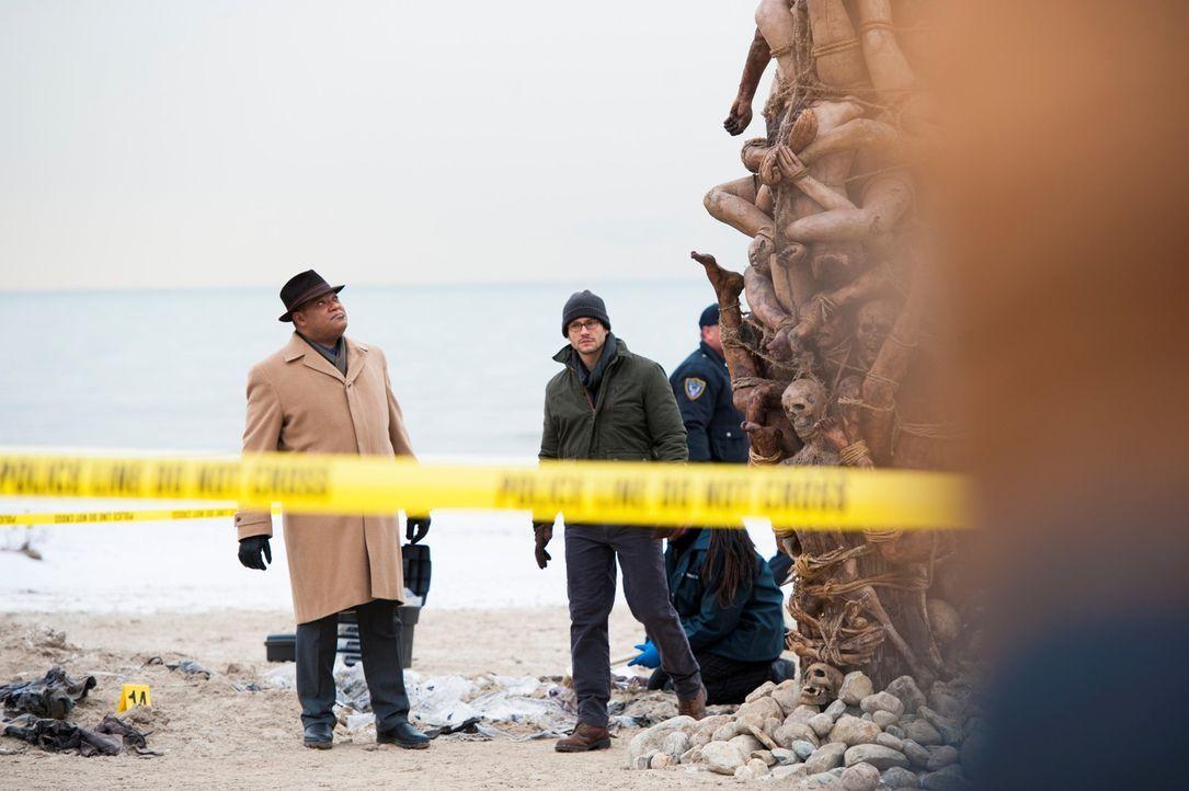 Eine Skulptur, geformt aus 17 Leichen, ruft Jack Crawford (Laurence Fishburne, l.) und Will Graham (Hugh Dancy, r.) auf den Plan ... - Bildquelle: Brooke Palmer 2013 NBCUniversal Media, LLC
