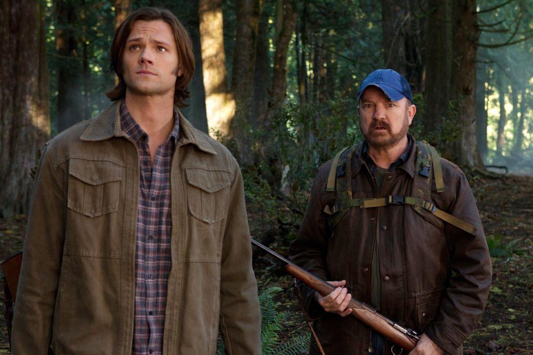 Nehmen den Kampf gegen des Böse auf: Sam (Jared Padalecki, l.) und Bobby (Jim Beaver, r.) ... - Bildquelle: Warner Bros. Television
