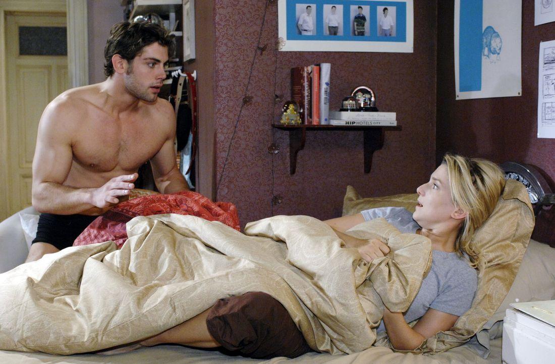 Jonas (Roy Peter Link, l.) ist entsetzt, als er bemerkt, dass er sich nicht in Katjas, sondern in Annas (Jeanette Biedermann, r.) Bett befindet ... - Bildquelle: Oliver Ziebe Sat.1