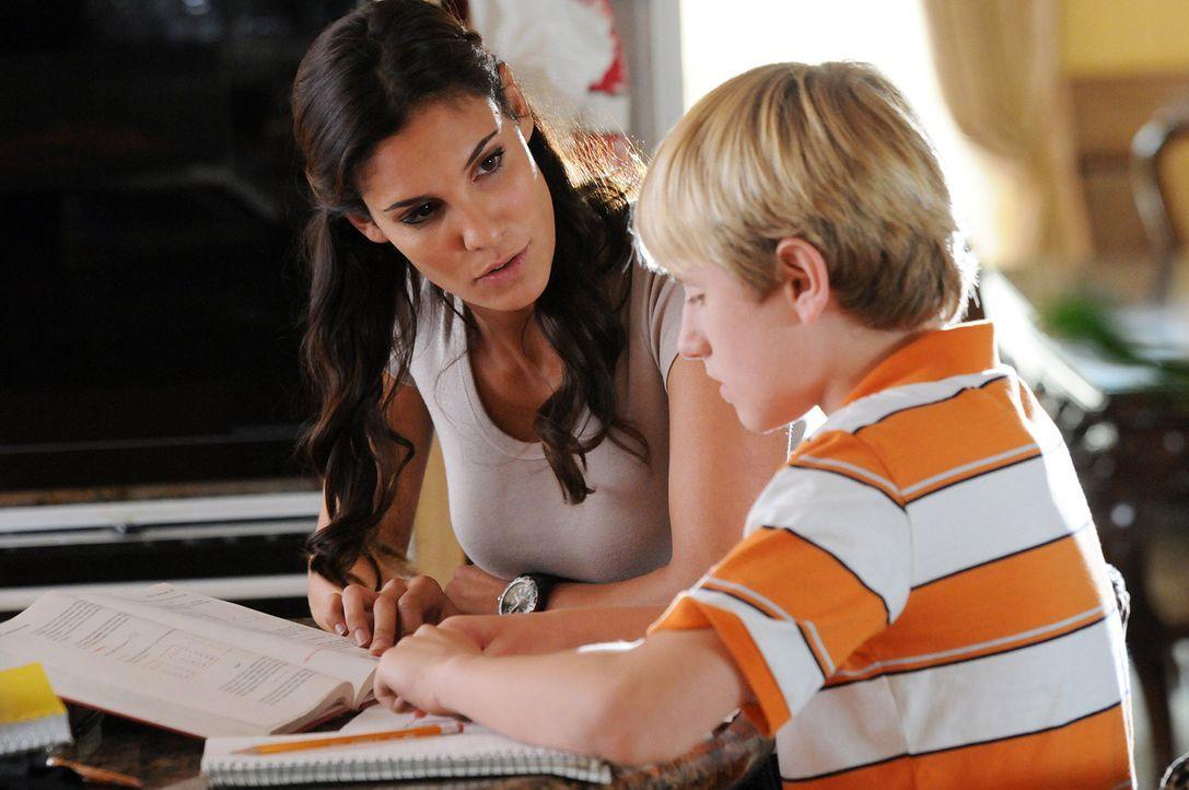 Nachdem Computerspezialist Calder entführt wurde, macht sich Kensi (Daniela Ruah, l.) auf, um mit dessen Familie zu sprechen. Doch kann sein Sohn S... - Bildquelle: CBS Studios Inc. All Rights Reserved.