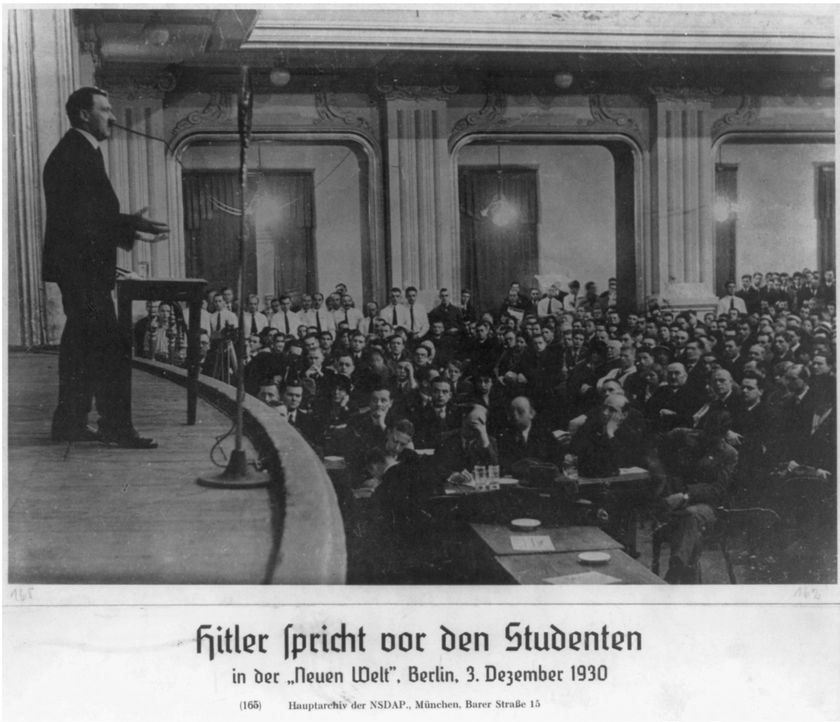 Hitler (l.) spricht vor Studenten