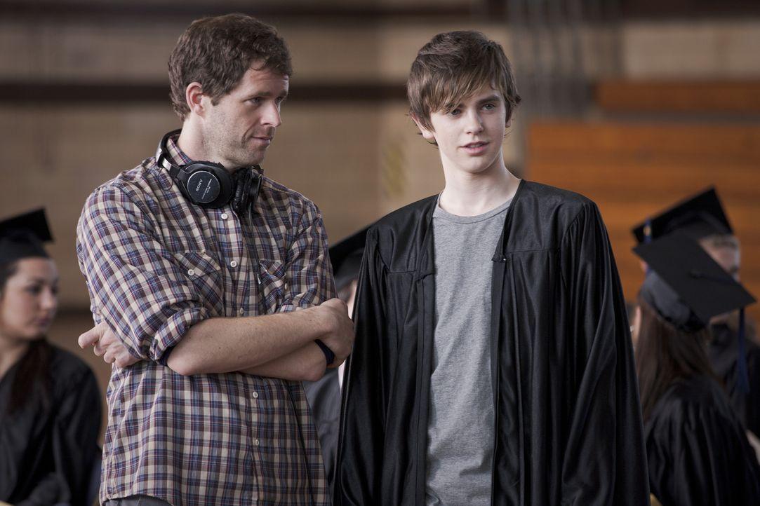 Regisseur Gavin Wiesen (l.) mit Freddie Highmore (r.) - Bildquelle: Mark Schafer 2011 - Fox Searchlight Pictures